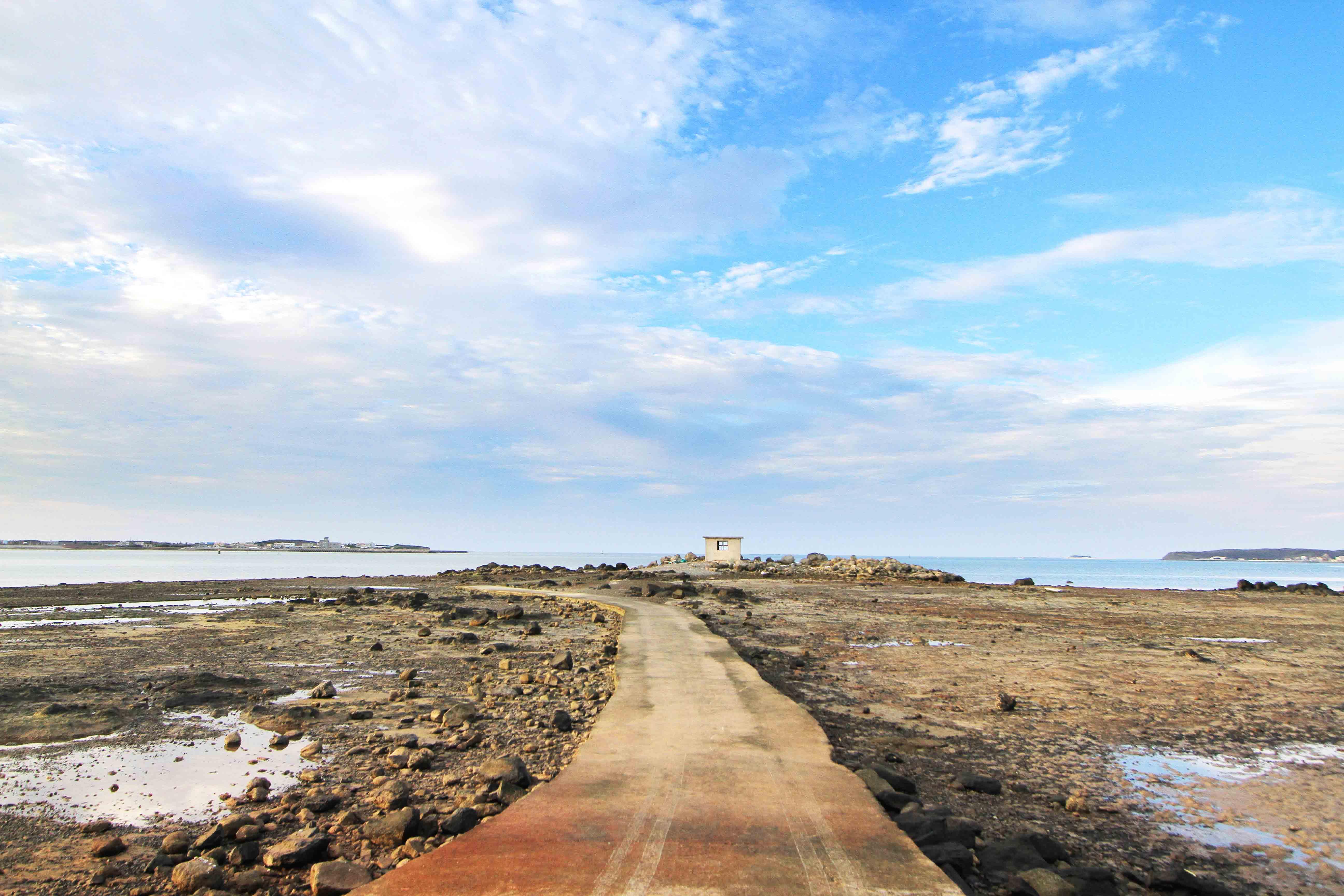 海中崗哨筆直的水泥步道